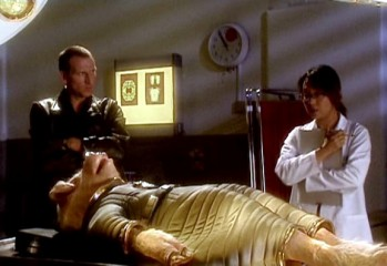 """El Doctor y la doctora Sato hablan sobre el falso alienigena que ha caido en Londres en """"Aliens of London"""" (Alienígenas de Londres)"""