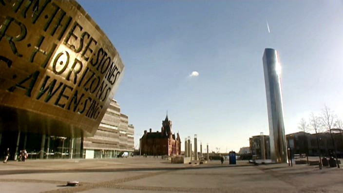 """Vista de la Roald Dahl Plass en Cardiff en """"Boom Town"""" (Explosión en la Ciudad)"""