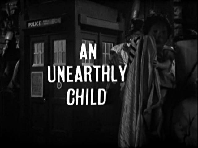 Títulos de crédito del primer episodio de Doctor Who, con la TARDIS al fondo