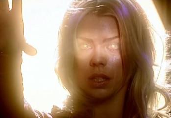 Rose se dispone a eliminar a los Daleks con el poder que ha obtenido después de mirar en el Corazón de la TARDIS