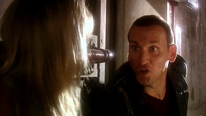El Doctor salva a Rose del ataque de los Autons
