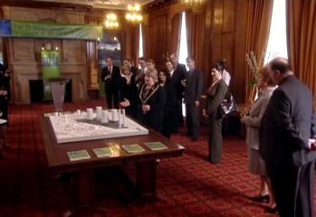 """La Alcaldesa de Cardiff presentando el proyecto BlaiddDrwg en """"Boom Town"""" (Explosión en la Ciudad)"""
