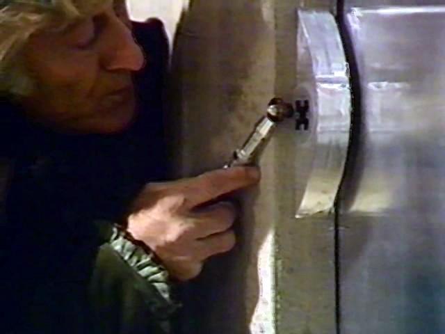 """El Tercer Doctor utilizando el destornillador sónico mark II en """"Frontier in Space"""" (Frontera en el Espacio)"""