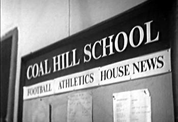 """Un tablón de anuncios de la Escuela Coal Hill en """"An Unearthly Child"""" (Una Niña de Otro Mundo)"""
