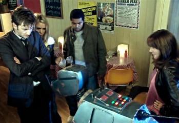 El Doctor interroga a K9 por el aceite de los Krillitane.