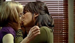 Mary besa a Tosh después de que ella le cuente que ha salvado a una mujer y a su hijo T: Greeks Bearing Gifts (Regalo Envenenado)