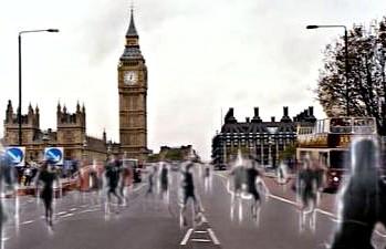 Un ejército de fantasmas que resultan ser los cibermen se manifiesta en todo el mundo en Army of Ghosts (El Ejército de Fantasmas)