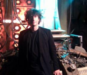 Neil Gaiman en el set de rodaje de Doctor Who